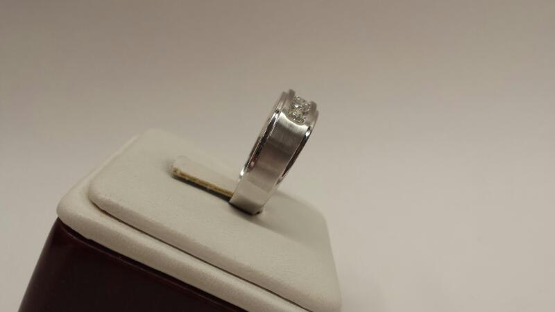 14k White Gold Ring with 5 Diamonds at .75ctw - 3.2dwt - Size 10