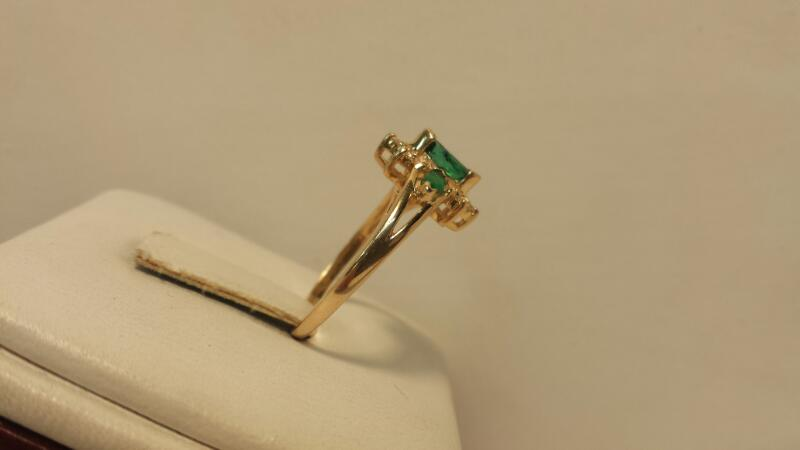 14k Yellow Gold Ring with 3 Green Stones & 10 Diamonds - 1.6dwt - Size 7