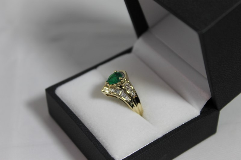 Emerald Lady's Stone & Diamond Ring 26 Diamonds 1.18 Carat T.W. 14K Yellow Gold