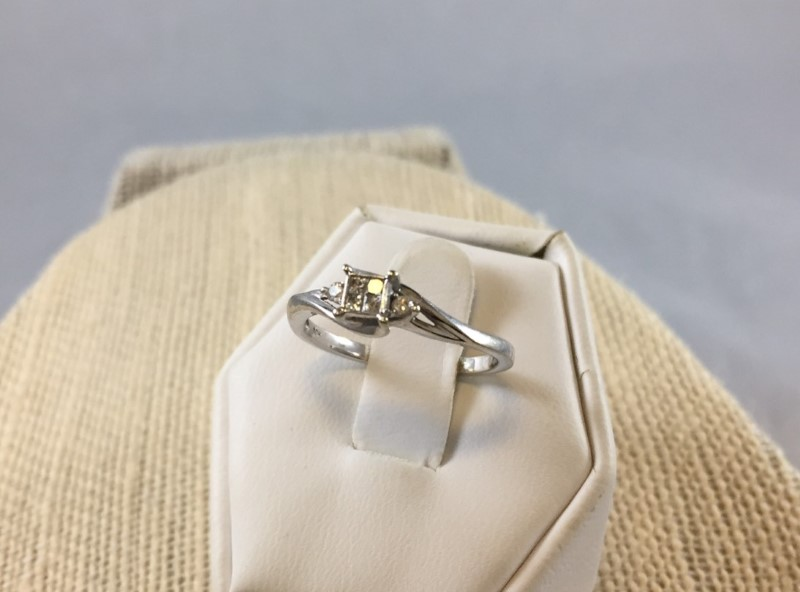 Gorgeous 10K White Gold Cluster Diamond Engagement Ring (Size 6.75)