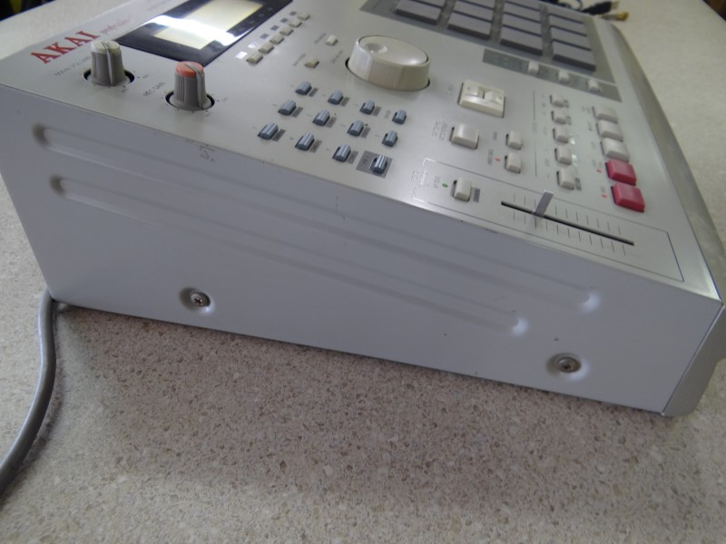 AKAI MPC 2000 MIDI PRODCUTION CENTER WITH DISK