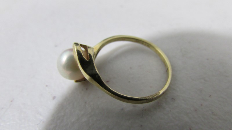 Synthetic Pearl Lady's Stone Ring 10K Yellow Gold 1.85g