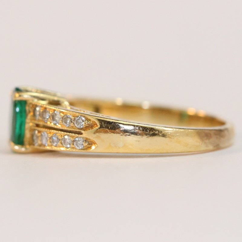 18K Yellow Gold Oval Cut Emerald and Diamond Ring Size 6.25