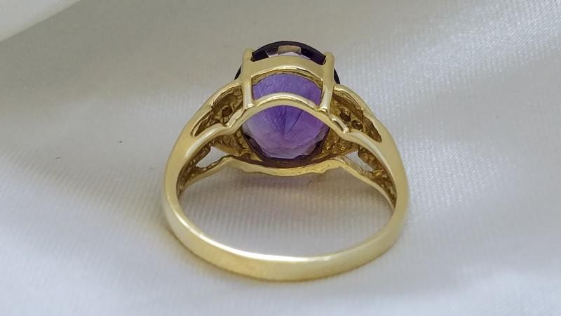 Lady's Amethyst & Diamond Ring 6 Diamonds .06 Carat T.W. 14K Yellow Gold