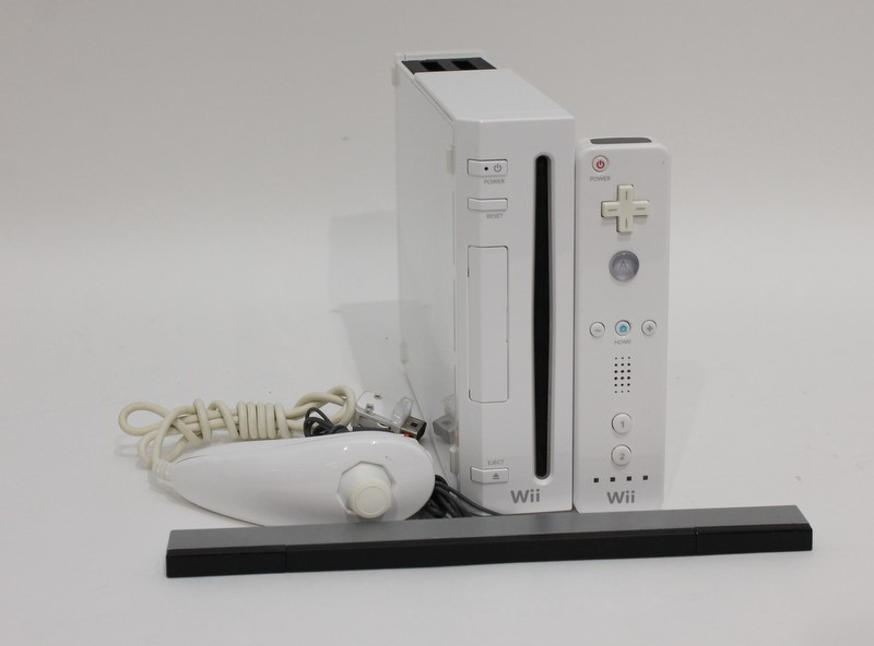 Nintendo Wii RVL-001 Gamecube Compatible White Console Bundle *