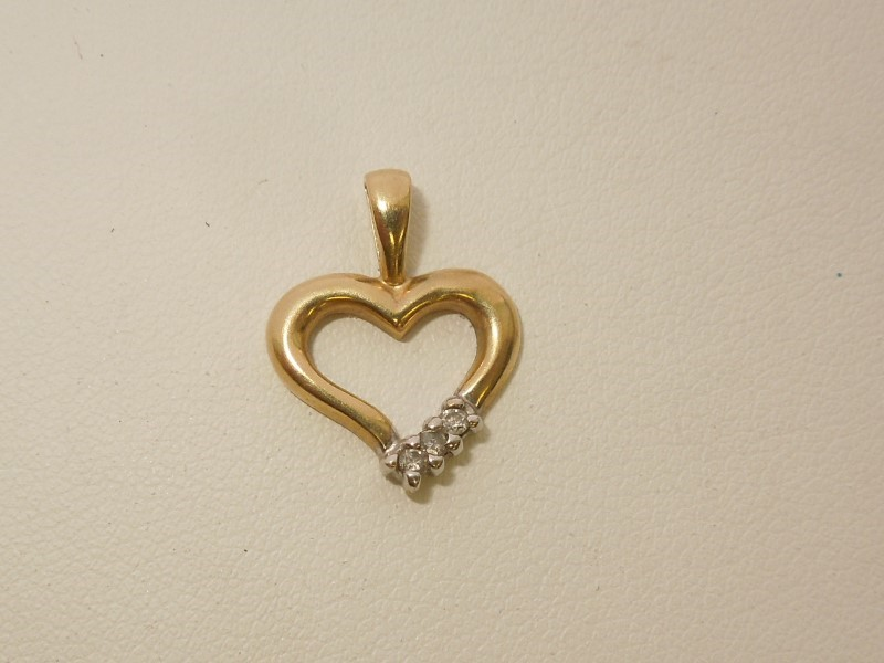 Gold-Multi-Diamond Pendant 3 Diamonds .03 Carat T.W. 10K Yellow Gold 1g