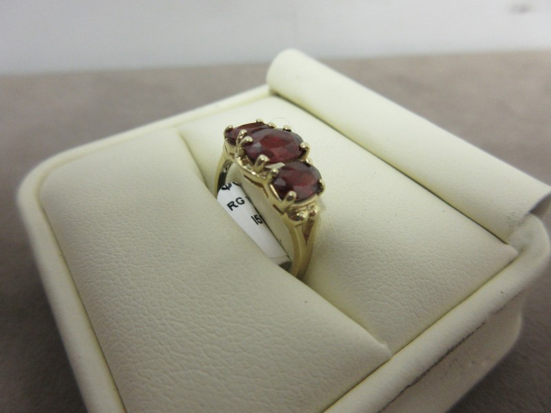 Red Stone Lady's Stone Ring 10K Yellow Gold 2.29g