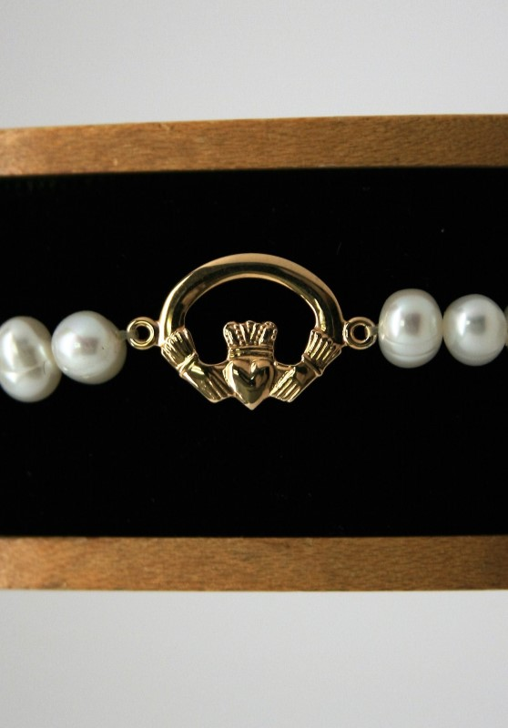 CLADDAGH PEARL BRACELET 14K YELLOW GOLD