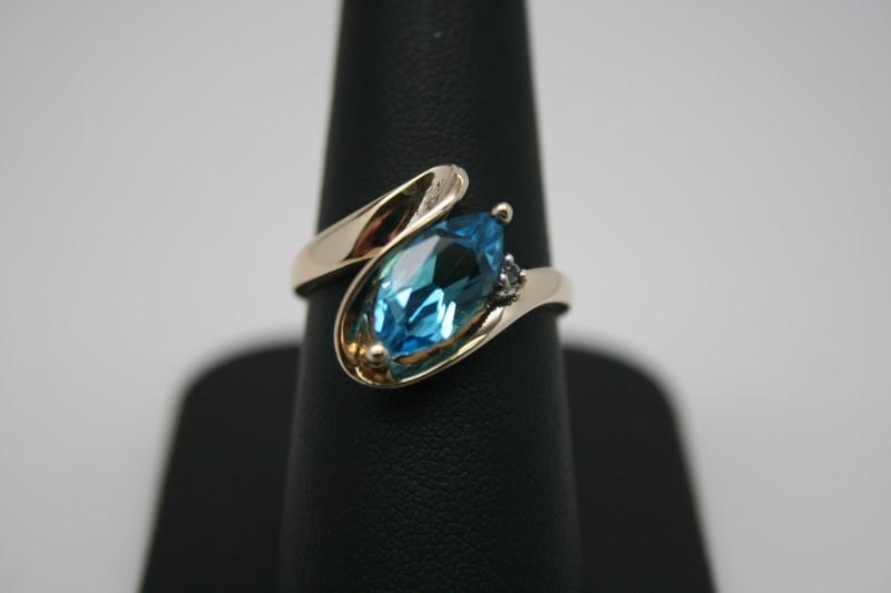 LADY'S FASHION DIAMOND & BLUE TOPAZ RING 14K YELLOW GOLD