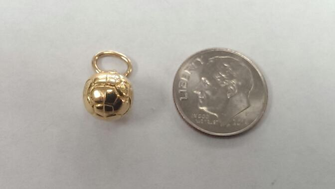 SOCCERBALL 18K YELLOW GOLD CHARM, 0.08 GRAMS.