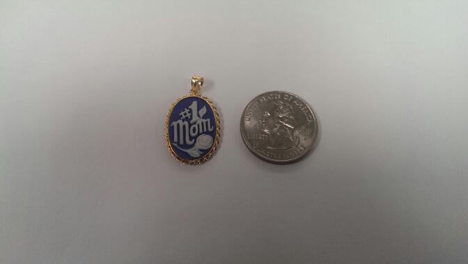 #1 Mom Cameo in 14k Gold Bezel Pendant