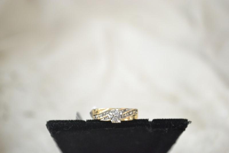 Lady's Diamond Cluster Ring 12 Diamonds .12 Carat T.W. 10K Yellow Gold 2.4g