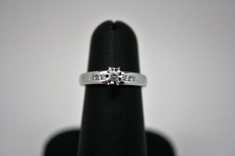 LADY'S ENGAGEMENT DIAMOND RING 10'K WHITE GOLD