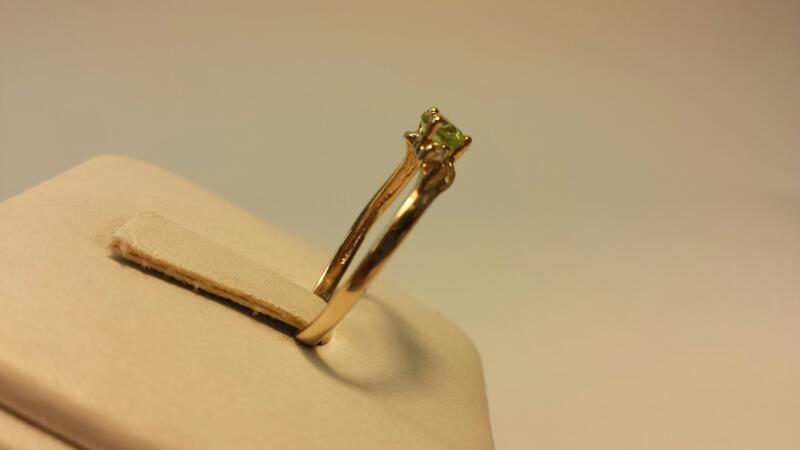 10k Yellow Gold Ring with 1 Green Heart Stone and 2 White Stones .7dwt - Size 7