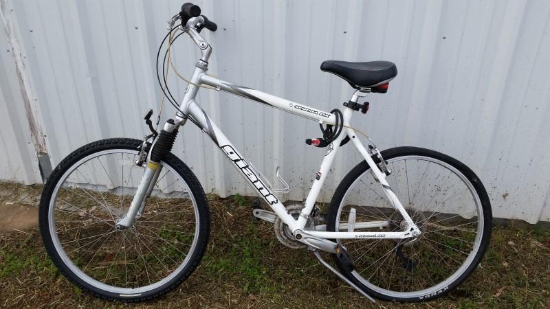 """Giant Sedona DX 26"""" Men's Mountain Bike - White / Front Suspension"""