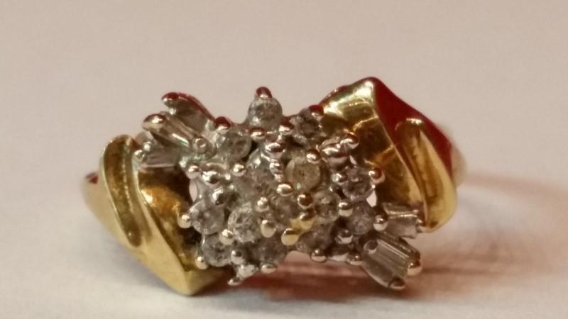 Lady's Diamond Cluster Ring 14 Diamonds .14 Carat T.W. 10K Yellow Gold 2.25g