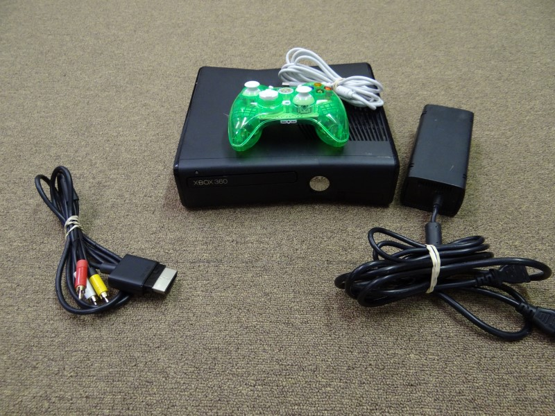 XBOX 360 4GB CONSOLE W/HOOKUPS AND WIRED CONTROLLER