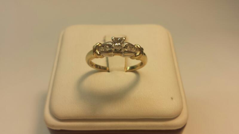 10k 2-Tone Ring with 5 Diamonds at .21ctw - 1.7dwt - Size 7