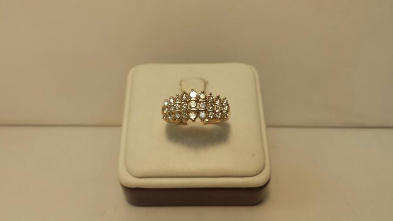 14k Yellow Gold Ring with 27 Diamonds at .94ctw - 2.7dwt - Size 8