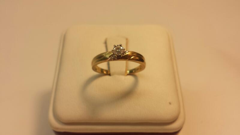 10k Yellow Gold Ring with 1 Round Diamond at .14ctw - 1.1dwt - Size 6