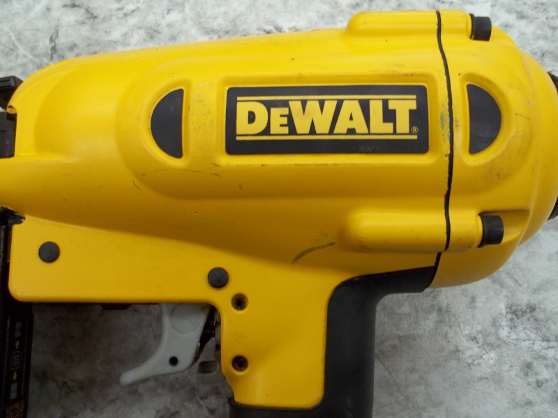 DEWALT D51256 16-GAUGE PNEUMATIC 1-1/4 IN.- 2-1/2 IN. NAILER