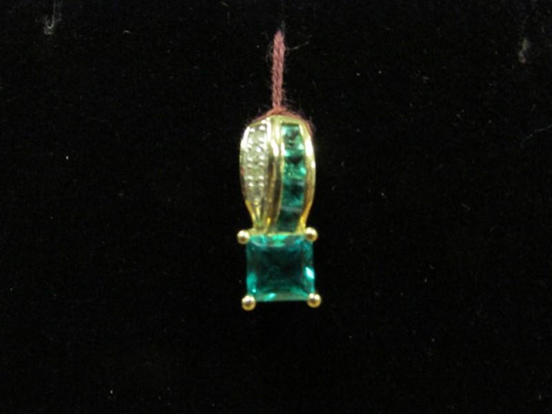 Synthetic Green Stone Gold-Diamond & Stone Pendant 4 Diamonds 0.04 Carat T.W. 10