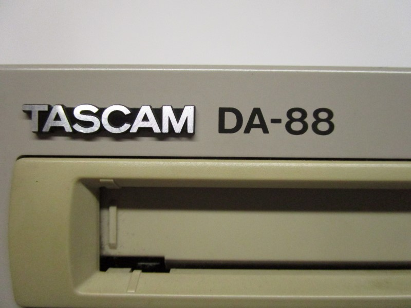 TASCAM DA-88 8-CHANNEL DIGITAL RECORDER/ REPRODUCER