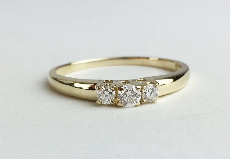 LADIES 14K YG 3 STONE DIAMOND RING APX .20CTW SIZE 8.5