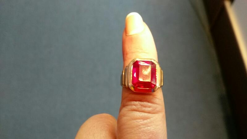 Lady's RED Stone Ring 10K Yellow Gold 4.7g Size 6