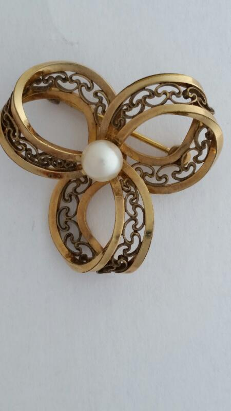 LADIES GOLD FILLED FLOWER BROOCH W/SMALL PEARL IN THE CENTER