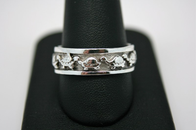 GENT'S SILVER RING W/ TURTLE DESIGN 11