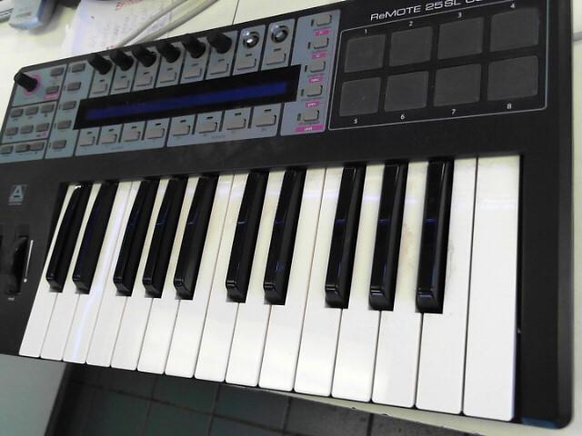 NOVATION Keyboards/MIDI Equipment REMOTE 25SL
