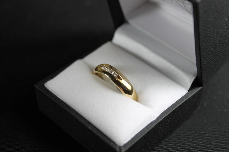 gents 14k yellow gold 5 round diamond wed band