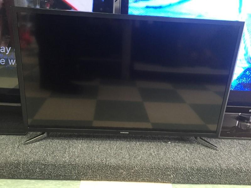 SAMSUNG FLAT SCREEN TV UN32J5205AF