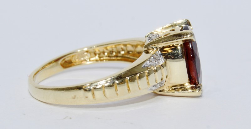 10K Yellow Gold Oval Garnet Ridged Band & Prong Diamond Accent Ring sz 7