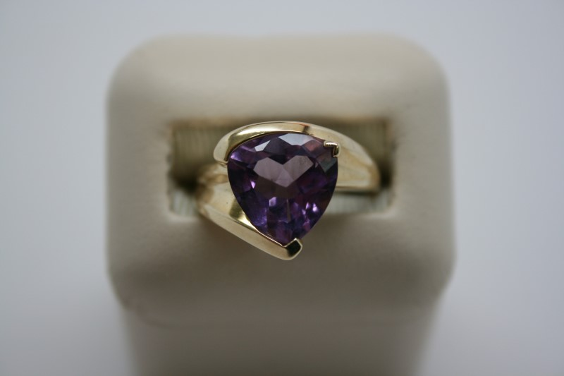 LADY'S AMETHYST RING 14K YELLOW GOLD