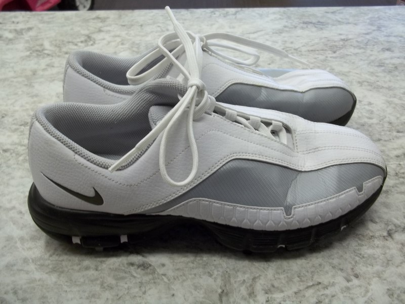 NIKE GOLF SPIKES SZ: 5 YOUTH