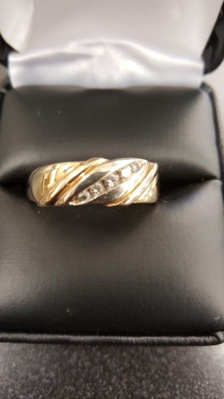 Gent's Gold-Diamond Wedding Band 5 Diamonds .21 Carat T.W. 10K Yellow Gold 7.2g