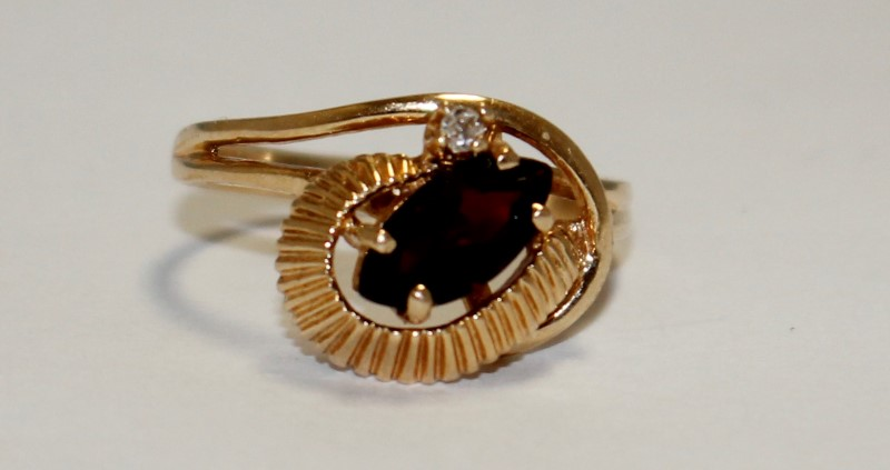 Almandite Garnet Lady's Stone & Diamond Ring .02 CT. 14K Yellow Gold 3.7g