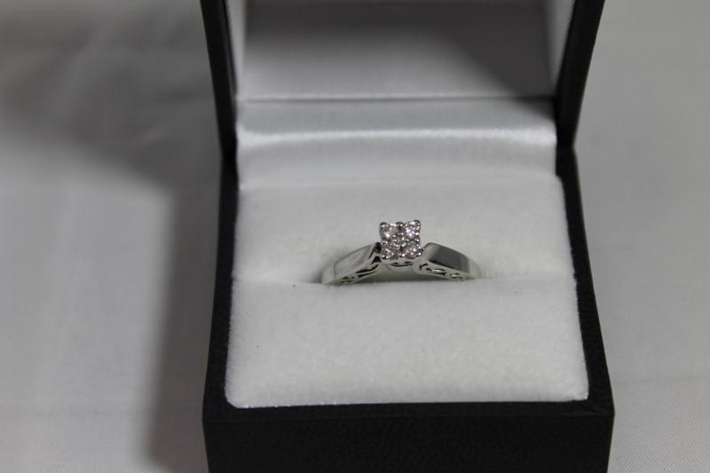 lady's 10k wht gold apx. (.16ctw) 4 diamond ring