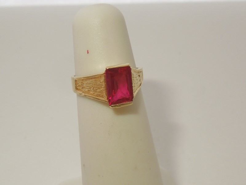 Red Stone Lady's Stone Ring 10K Yellow Gold 1.9g