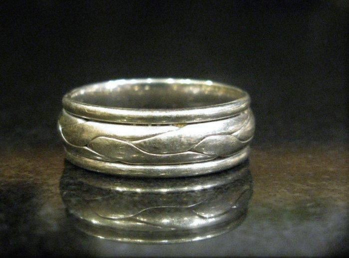 VINTAGE BAND WITH DOMED SIDES AND VINE ENGRAVING, MARKED MALO 14K. SIZE 9