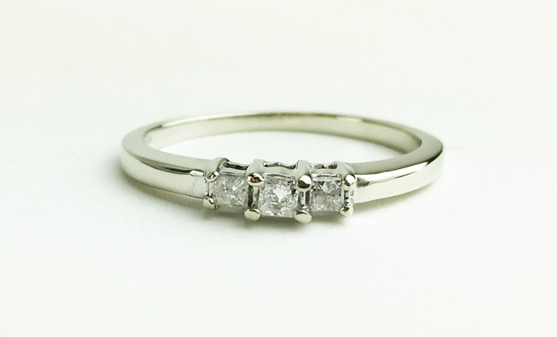 LADIES 10K WG 3 STONE DIAMOND RING APX .13CTW SIZE 6