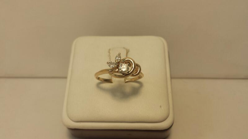 14k Yellow Gold Ring with 3 Diamonds at .29ctw - 1.9dwt - Size 8