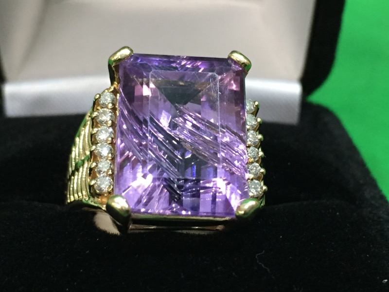 Amethyst Lady's Stone & Diamond Ring 12 Diamonds .36 Carat T.W.