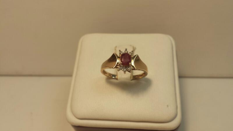 10k Yellow Gold Ring with 1 Red Oval Stone - 1.3dwt - Size 7