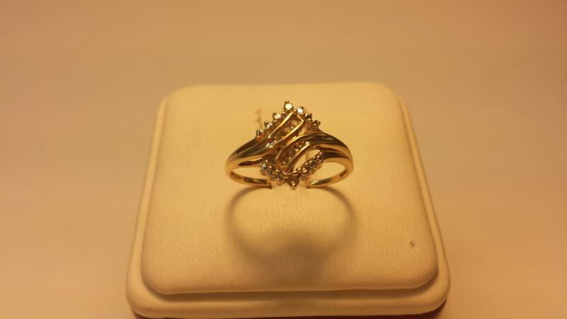10k Yellow Gold Ring with 8 Diamond Chips - Size 7