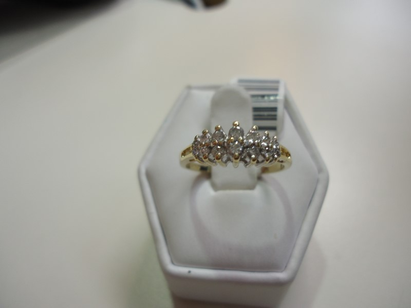 Lady's Diamond Cluster Ring 14 Diamonds Approx 0.34 C.T.W. 14K Yellow Gold 2.7g