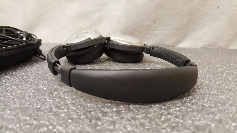 BOSE QUIET COMFORT QC3 NOISE CANCELLING HEADPHONES ON EAR