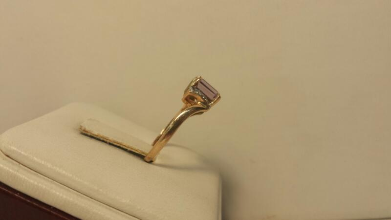 14k Yellow Gold Ring with 1 Purple Stone and 6 Diamond Chips - 1.7dwt - Size 6